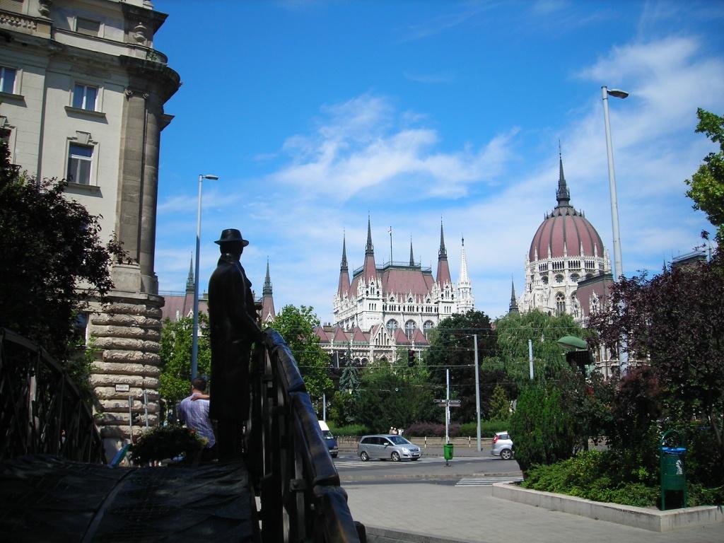 Estatua de Imre Nagy frente al Parlamento de Budapest
