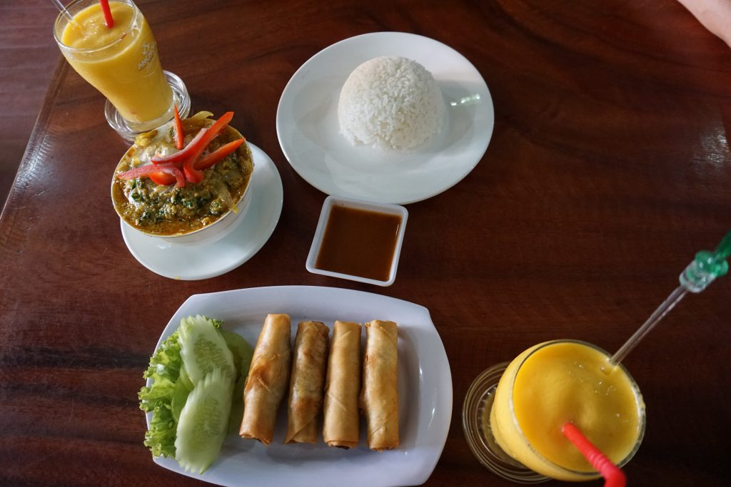 Amok y rollitos con zumo de mango