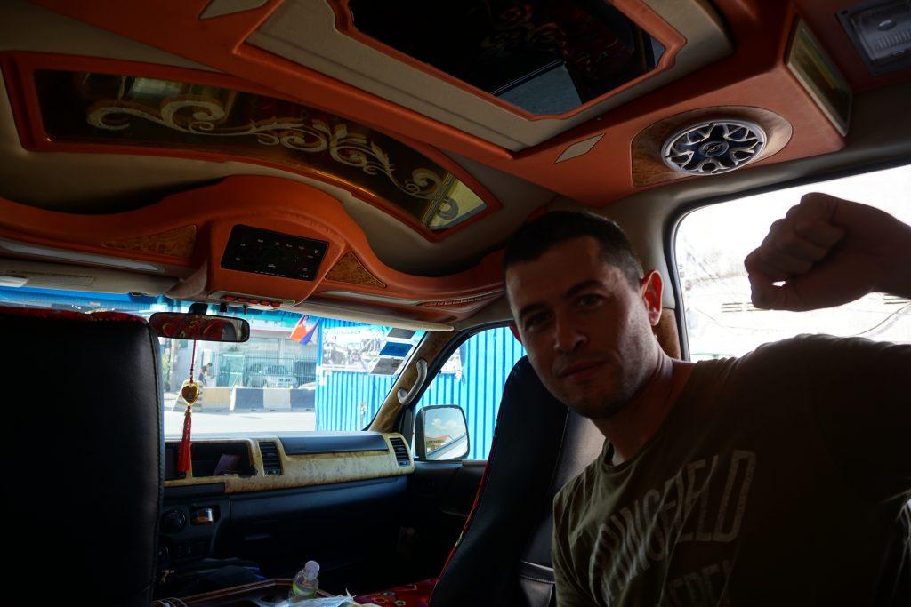 Viajando en furgo tunning por Camboya