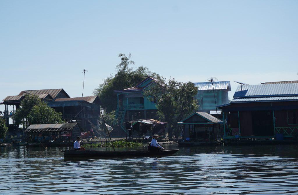 De camino al colegio en el Tonle Sap, Camboya