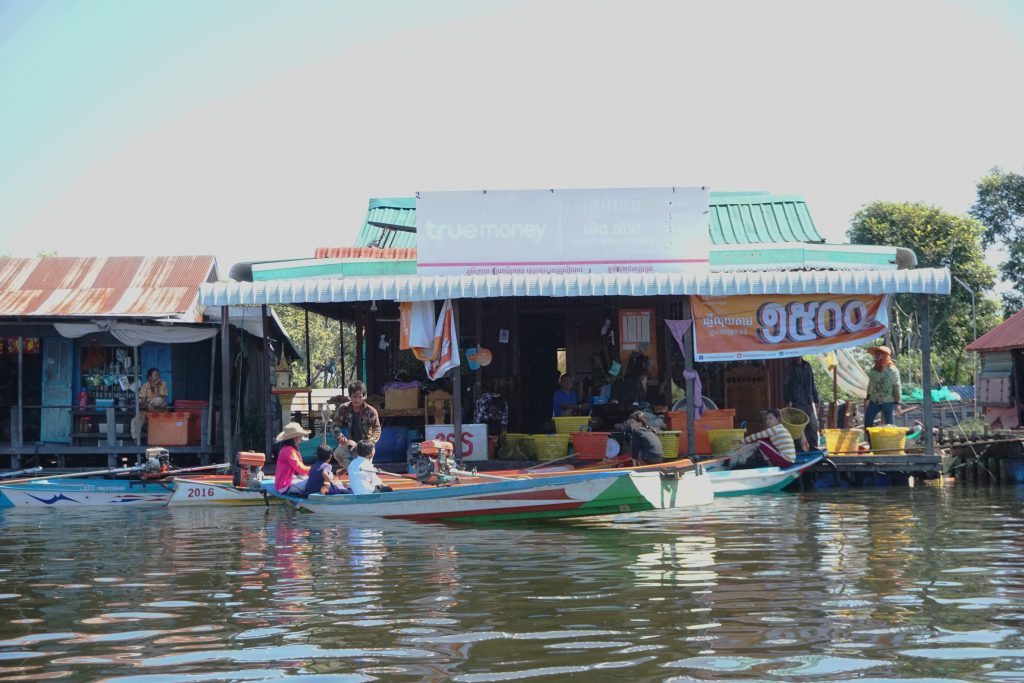 Tiendas y bares en el Tonle Sap, Camboya