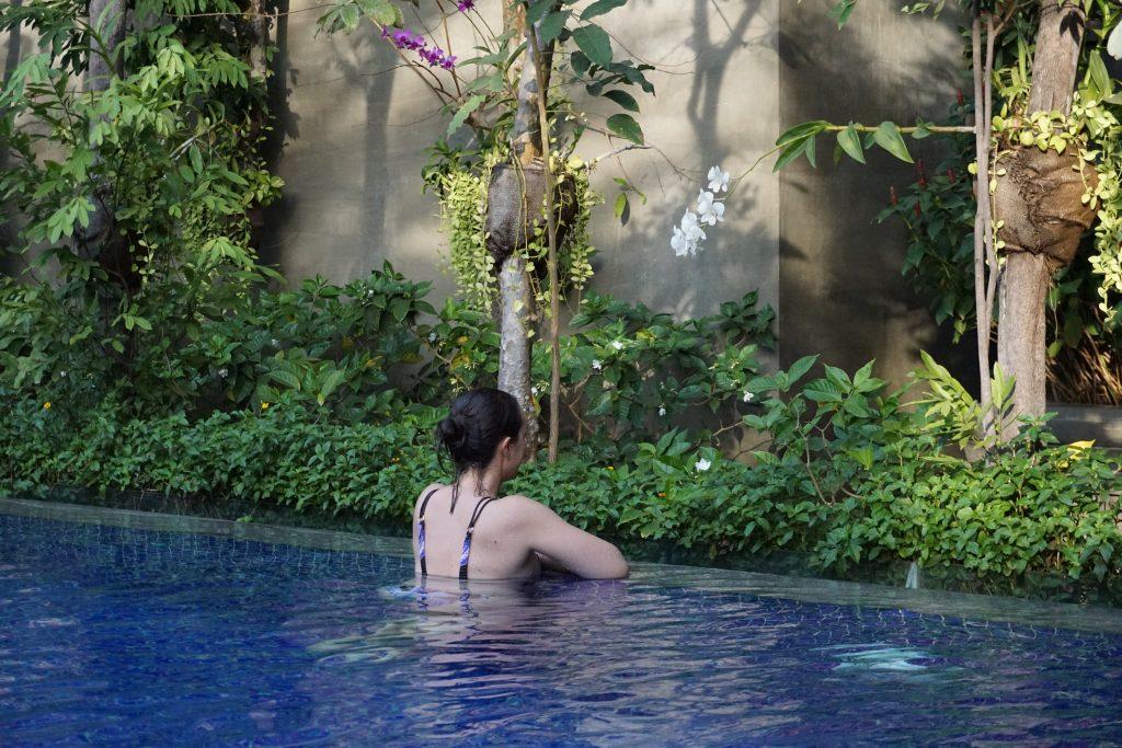 Refrescándonos en la pisicina del hotel, Siem Reap, Camboya