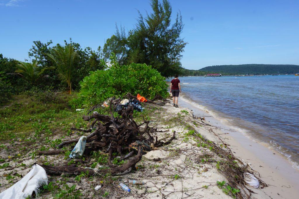 Paseando entre los plásticos que trae la marea a Saracen Bay