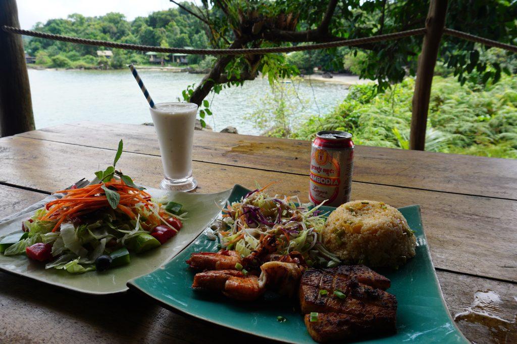 """Pescado, calamares y """"gambones tigres"""" con ensalada"""