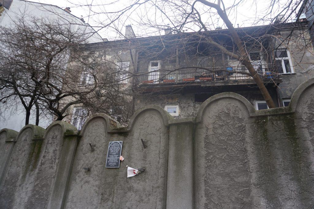 Pedazo del muro del Gueto de Podgórze. ¿Os habéis fijado en la forma curva con la que está rematado? Los nazis construyeron el muro con la misma forma de las lápidas judías para que sintieran que estaban encerrados en su propia tumba, es de una crueldad extrema.