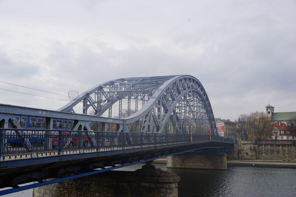 Puente Józef Pilsudski, el más antiguo de Cracovia que hoy día sigue en pie y es por el que tristemente los nazis trasladaron a los judíos hasta el Gueto.