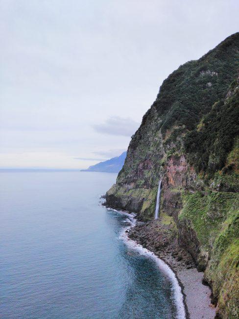 Cascada del Velo de la Novia en el Norte de Madeira
