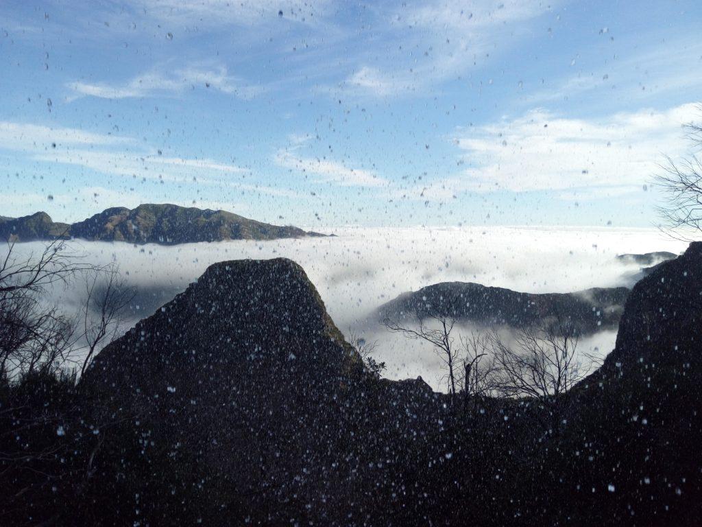 Tras una cascada en el Caminho do Pináculo e Folhadal, Madeira