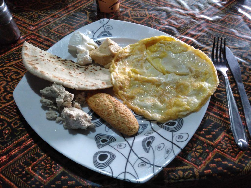 Desayuno jordano: tortilla, hummus, yogurt, pan árabe, galleta y ¡¡la deliciosa pasta de almendras!!