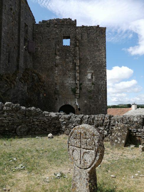 Le Couvertoirade, Castillo y cementerio templario
