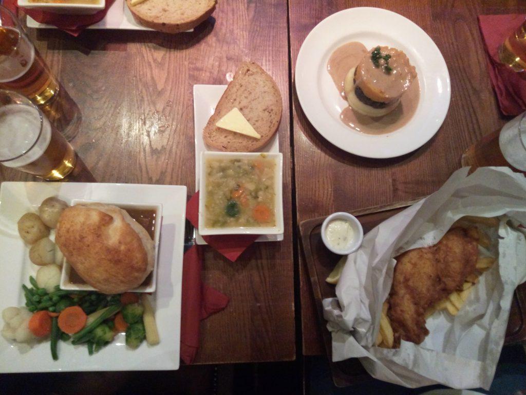 Escocia cena en taverna típica Edimburgo