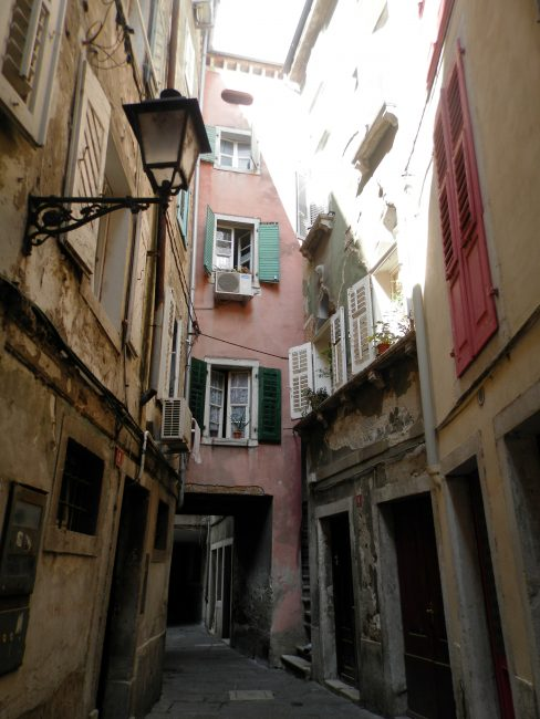 Callejeando por Piran siguiendo el aroma de los sofritos caseros. Península de Istria, Eslovenia