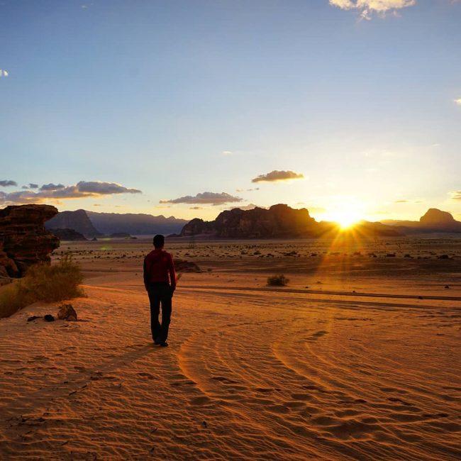 Divertido atardecer en el Desierto de Wadi Rum