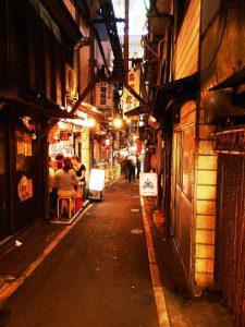 Japón Callejones bajo la estación de Shinjuku en Tokyo