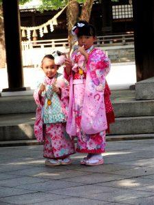 Japón Niños en el santuario Meiji en Tokyo
