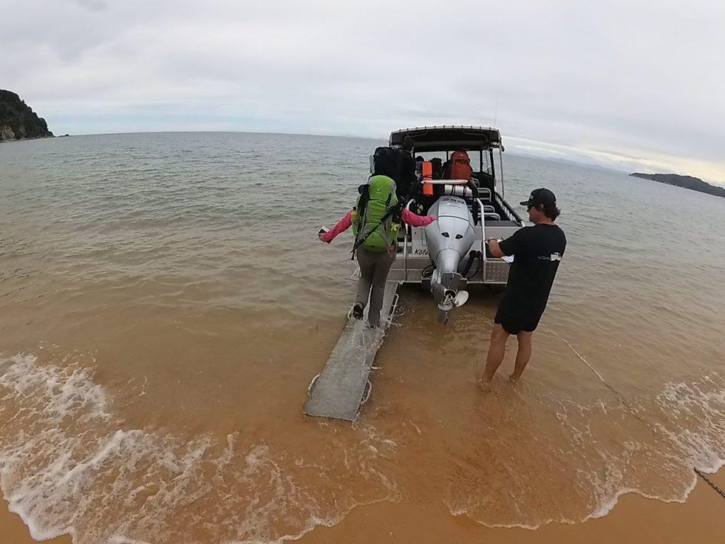 Cogiendo una lancha en Totaranui, Abel Tasman Coast Track