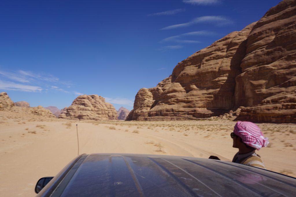 Jaime conduciendo en el Desierto de Wadi Rum