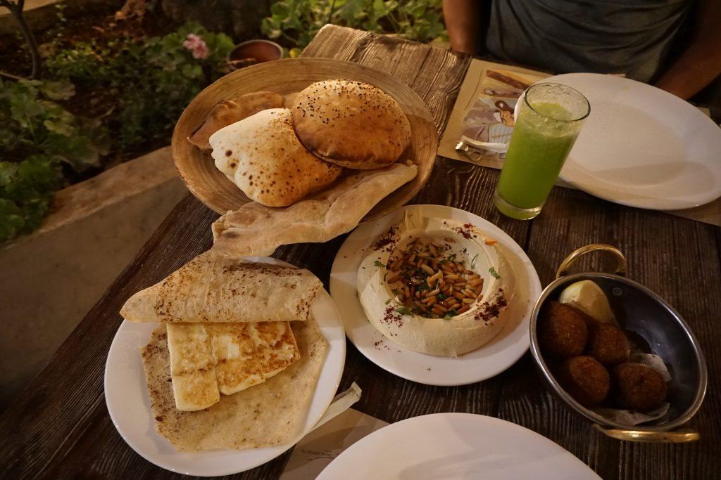 Pan árabe, limonada con menta, queso halloumi,, hummus y kibbeh