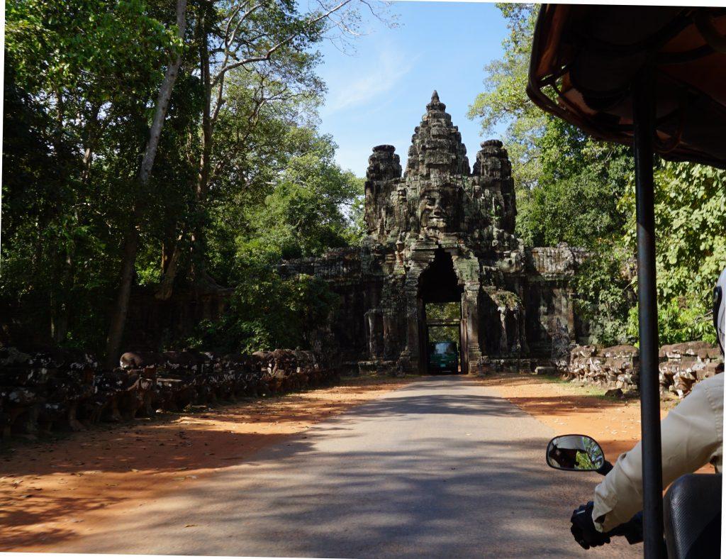 Cruzando la Puerta de la Victoria de Angkor Thom