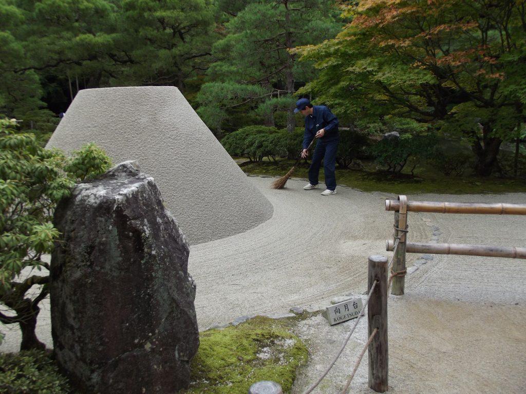 Japón, Jardinero en el templo Ginkaku-ji en Kyoto