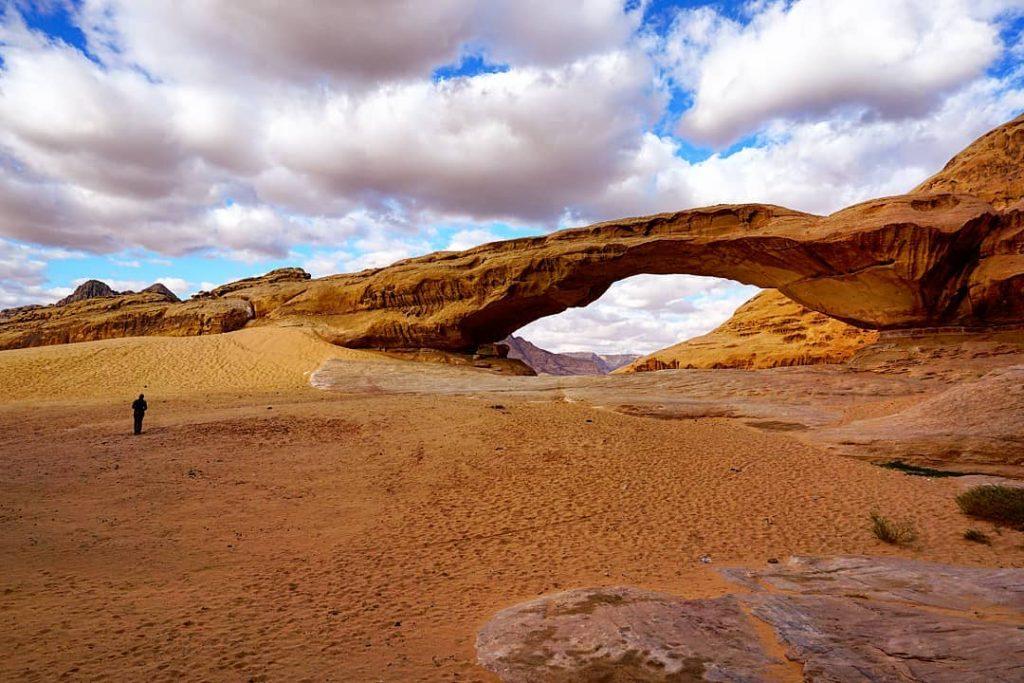 Arco grande en el desierto de Wadi Rum